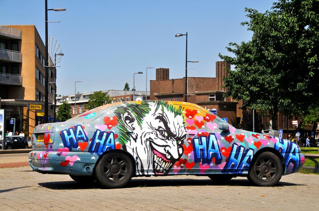 Voiture entièrement recouverte de graffitis à Rotterdam – FaceMePLS