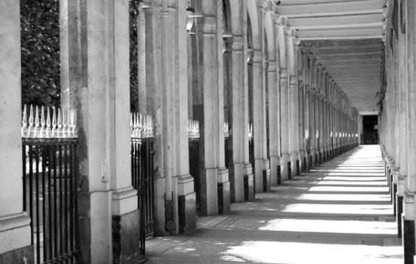 Paris côté Palais-Royal, préface de Serge Lutens, photographies de Thierry Dourdet. Grand Hôtel du Palais-Royal.
